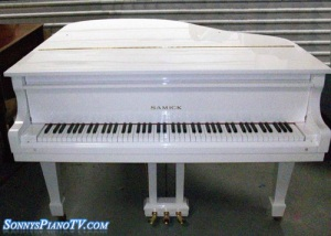 White Piano Samick Gloss Baby Grand